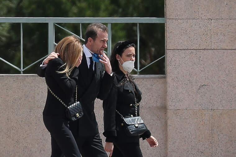 carolina monje ha acompanado a los padres su novio durante el entierro 5ec24535c3e9e